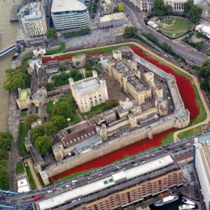 Poppy-Installation-at-London-Tower-MPS-Helicopters-Twitter-@MPSinthesky